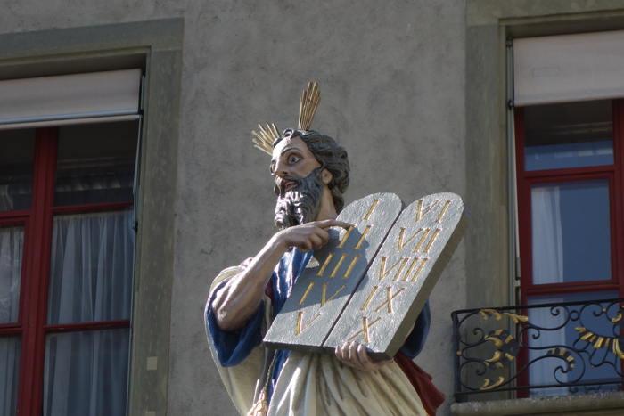 Statue de Moïse pointant sur ses tables de la Loi devant la collégiale de Berne — Bern/Berne