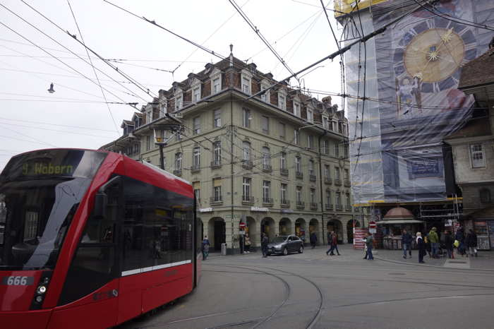 Tram n°668 passant devant la tour de l'horloge en cours de restauration — Bern/Berne