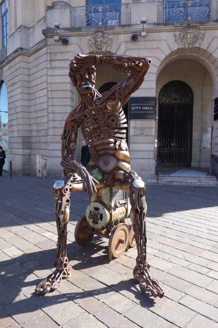 """Statue (schweissdissi) """"en fer"""" d'un soudeur au chômage"""