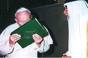 Jean Paul II embrassant le Coran