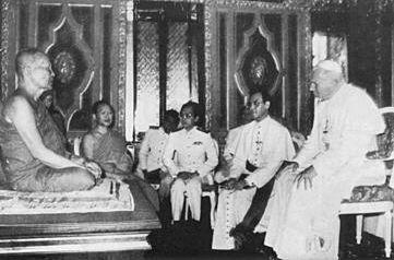Jean Paul II et un prêtre Bouddhiste