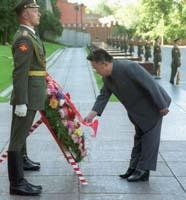 Kim Jong iL dépose une gerbe