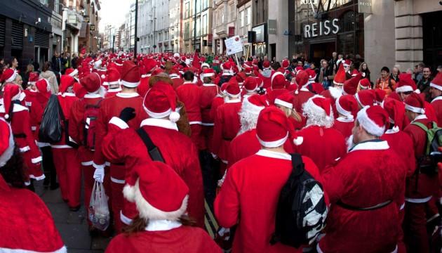 Rassemblement de personnes déguisées en Père Noël lors du Santacon 2012, à Londres, le 15 décembre 2012 (SIPA).