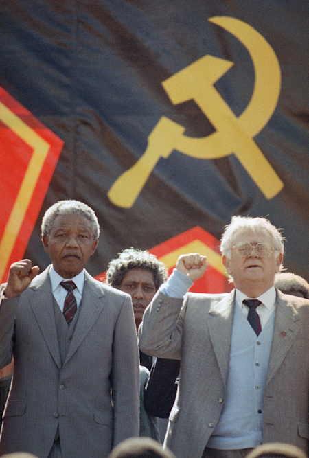 Nelson Mandela serrant le poing parmi ses camarades...