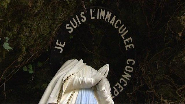 Décapitation d'une statue de la Vierge sur le site de Notre-Dame-de-Lourdes, à Plouay. Novembre 2013