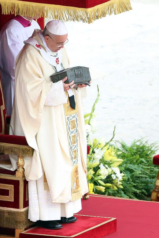 Pape François Ier présentant le reliquaire en 2013  censé contenir des fragments d'os de l'apôtre Pierre!