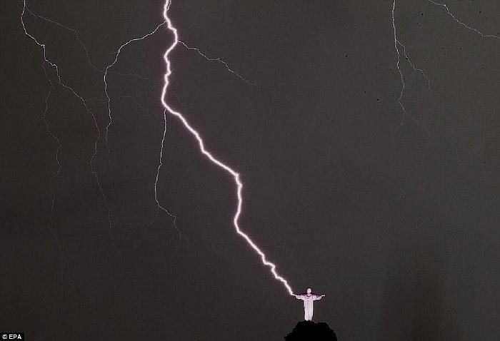 statue du Christ Rédempteur sur le pic duCorcovado par temps orageux en Janvier 2013