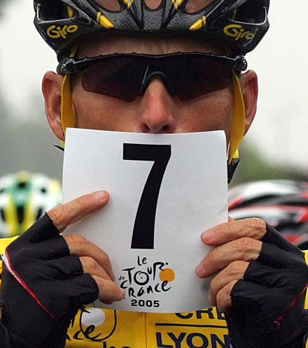 Lance Armstrong affichant ses 7 victoires
