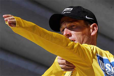 Lance Armstrong enfilant le maillot jaune