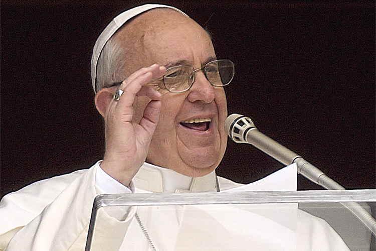 Le pape François 1er flashant le signal digital 666  en faisant face à l'obélisque de la Place St Pierre