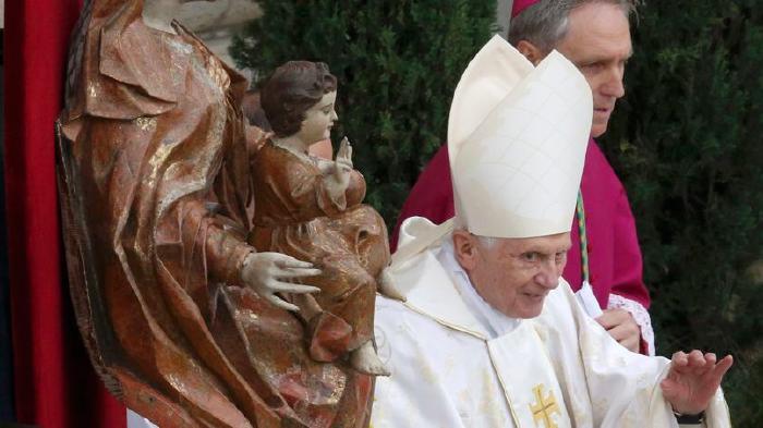 le pape émérite Benoît XVI à son arrivée sur la Place St Pierre   près de la même statue de la Reine des cieux Babylonienne