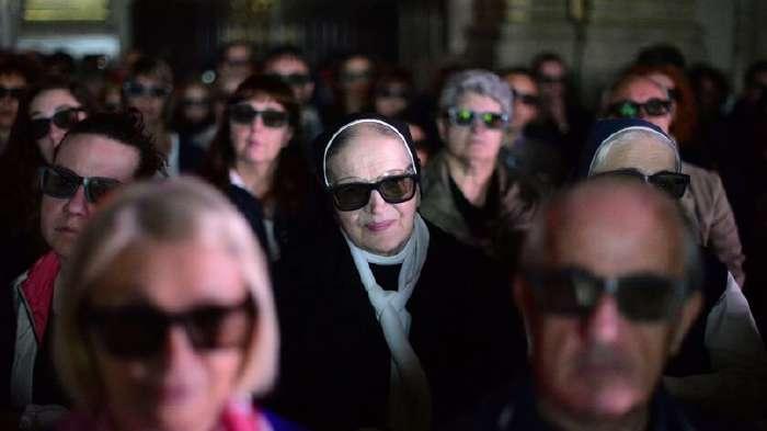 Spectateurs à Milan assistant à la retransmission en 3D de la cérémonie de la Canonisation des deux papes