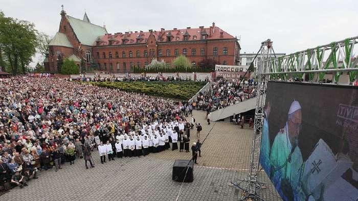 Cérémonie de la canonisation retransmise en Pologne sur écran géant