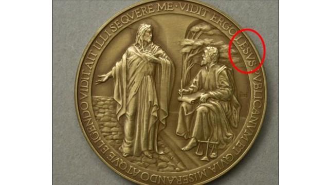 Une médaille pour la première année de pontificat du pape François est retirée de la vente   car elle comporte une faute de frappe: LESUS au lieu de IESUS