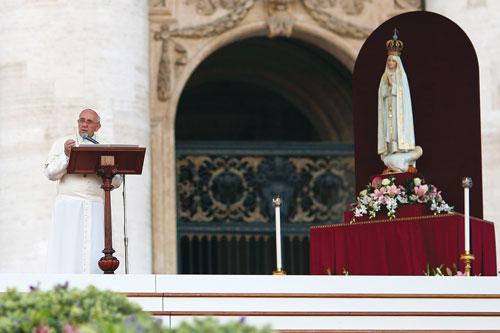 Le pape François Ier place le monde sous la protection de Notre-Dame de Fatima, le samedi 12 octobre 2013