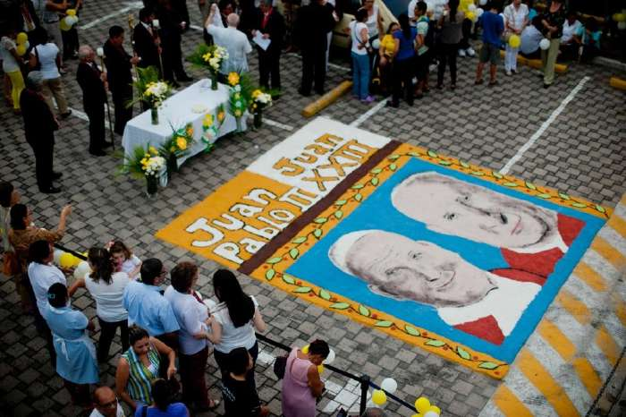 Portraits de Jean-Paul II et de Jean XXIII sur le sol de la basilique St Pierre