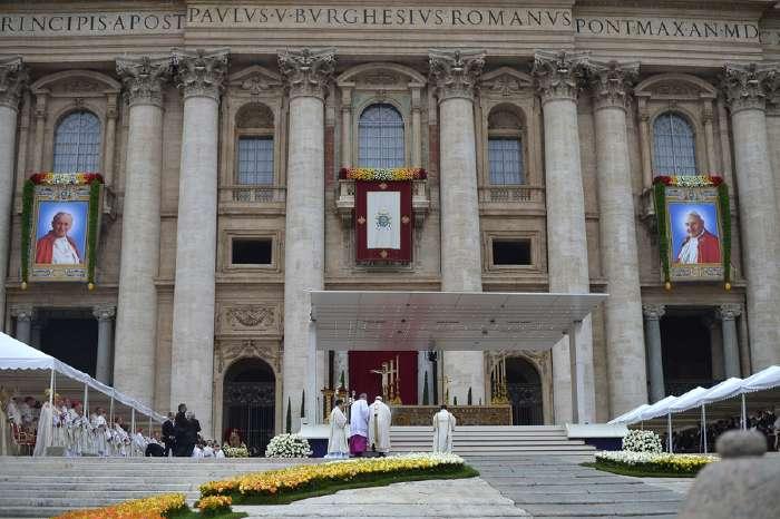 Portraits de Jean-Paul II et de Jean XXIII sur le fronton de la basilique St Pierre