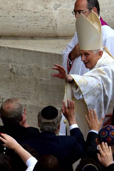 Benoît XVI à son arrivée sur la Place St Pierre