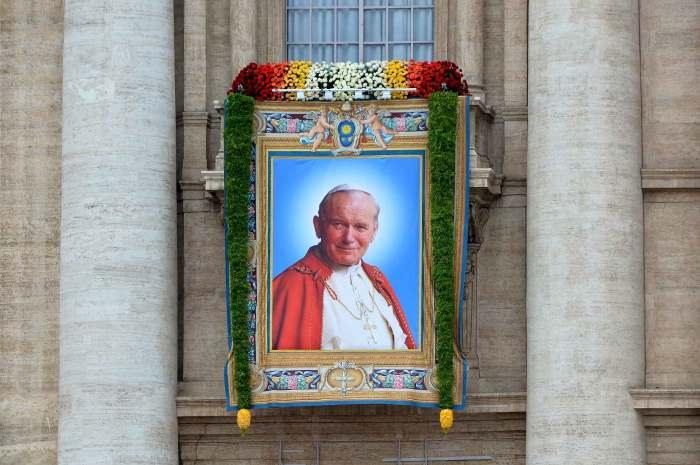Portrait de Jean-Paul II sur le fronton de la basilique St Pierre