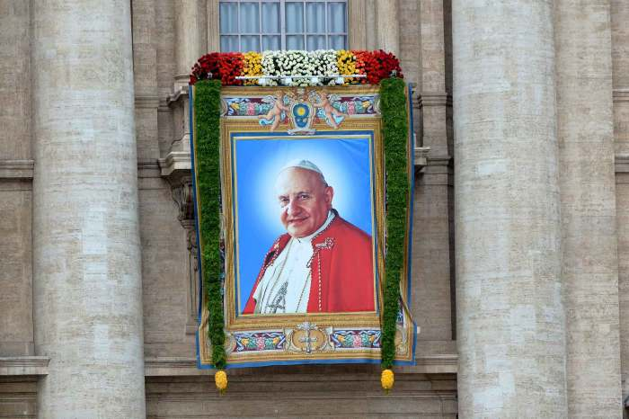 Portrait de Jean XXIII sur le fronton de la basilique St Pierre