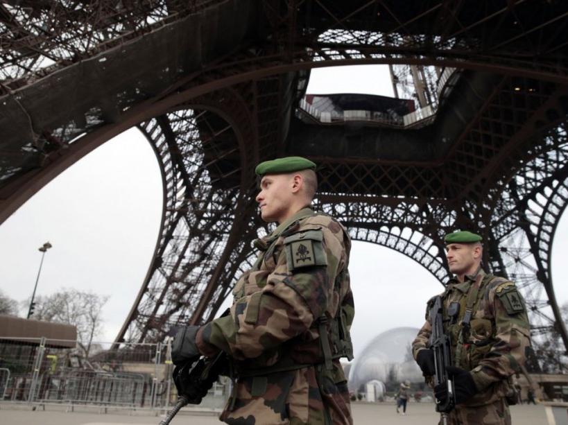 soldats sous la tour Eiffel