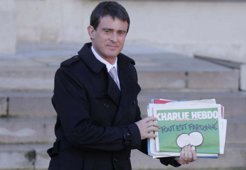 Manuel Valls a son exemplaire Manuel Valls à la sortie du Conseil des Ministres, à l'Elysée.