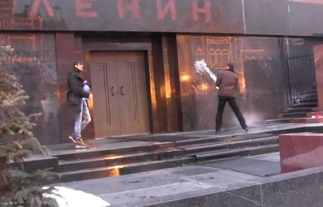 vidéo diffusée sur YouTube montrant deux Russes,   Evgueni Avilov et Oleg Bassov, asperger le mausolée de Lénine d'eau bénite à Moscou