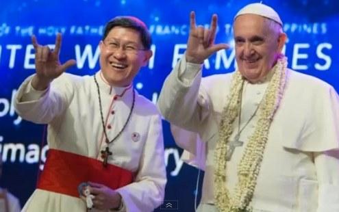 Le pape François 1er en visite aux Philippines flashant le salut de Satan
