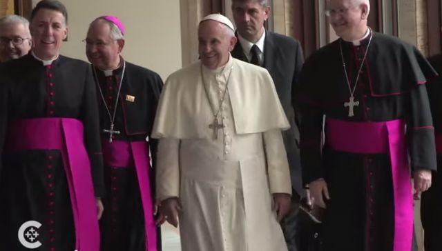 Le pape François Ier bien entouré...