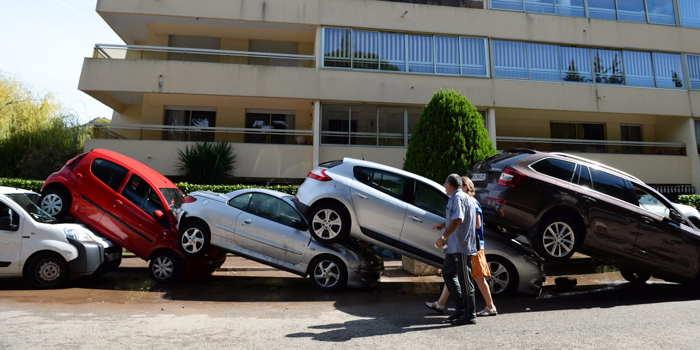 A Mandelieu, de nombreuses voitures restent empilées les unes sur les autres,   trois jours après les inondations meurtrières qui ont frappé la commune