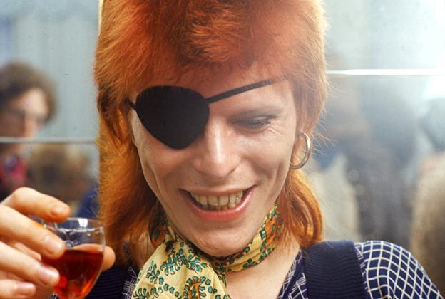 David Bowie et le signe de l'œil Illuminati