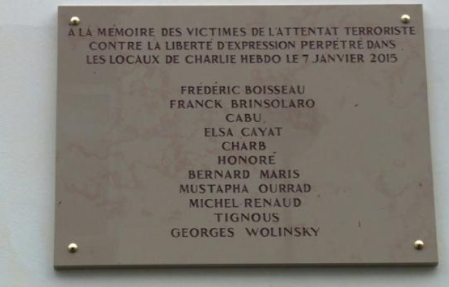 Plaque commémorative à la mémoire des victimes de l'attentat terroriste du 7 Janvier 2015