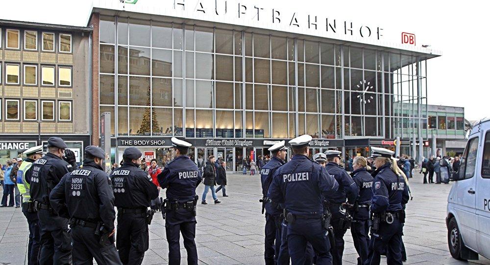 Forces de police devant la gare de Cologne