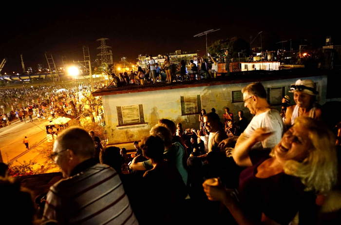 Spectateurs massés sur les toits pour assister au concert des Rolling stones à Cuba
