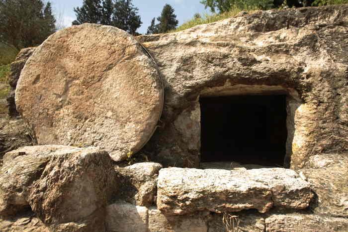 Pierre tombale devant tombeau en Israël