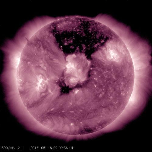 Trou coronal solaire en sombre