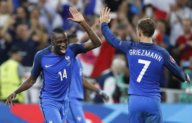 Blaise Matuidi et Antoine Griezmann après la victoire de la France contre l'Allemagne   en demi-finale de l'Euro, le 7 juillet 2016. - Frank Augstein/AP/SIPA