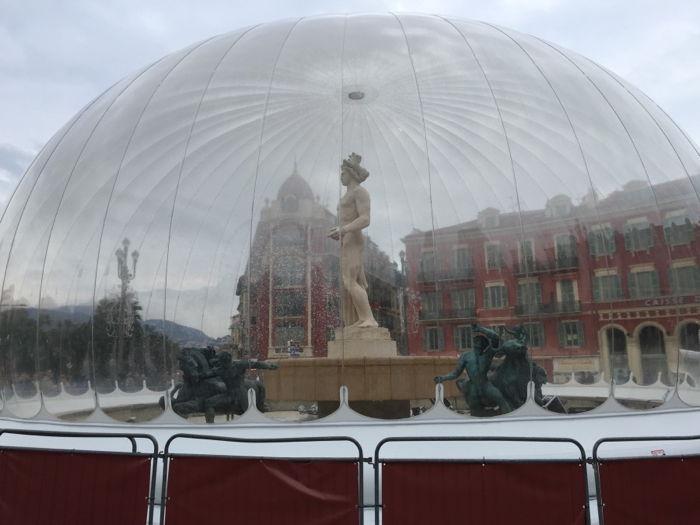 Statue d'Apollon sur la fontaine du soleil recouverte d'un dôme à Nice