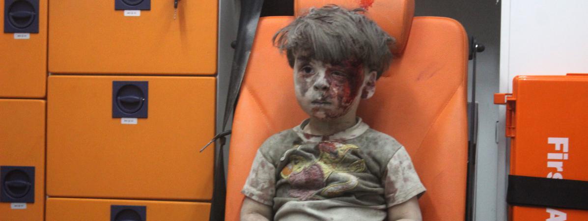 Enfant Syrien hébété après le bombardement de son immeuble