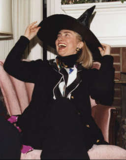 Hillary Clinton en sorcière