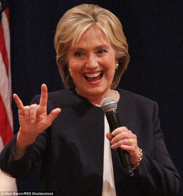 Hillary Clinton flashant le salut cornu