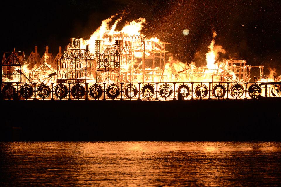 """Maquette en bois longue de 120 mètres représentant le Londres de l'époque du """"Grand incendie"""" de 1666  mise à feu sur la Tamise"""