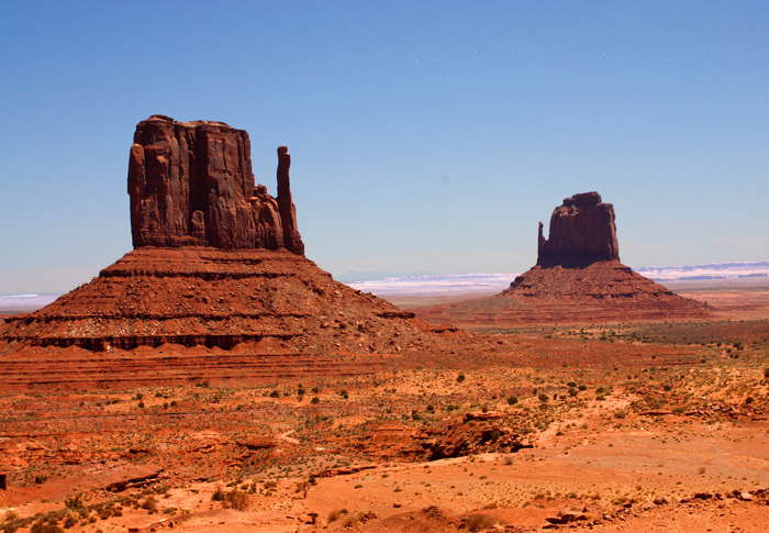 La West Mitten Butte (à gauche) et l'East Mitten Butte (à droite) (Monument Valley, Arizona, U.S.A.)