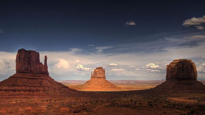Les Mittens et Merrick Butte formant un triangle triangle dans la Monument Valley.
