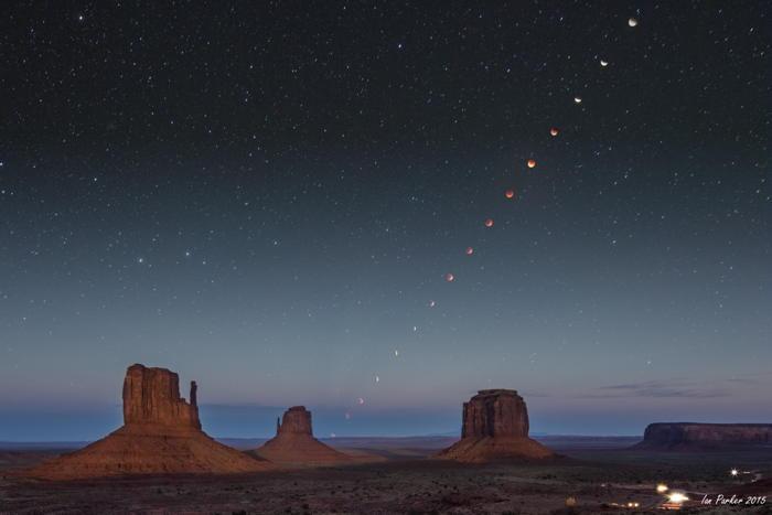 Eclipse lunaire sur les Mittens et Merrick Butte dans la Monument Valley.