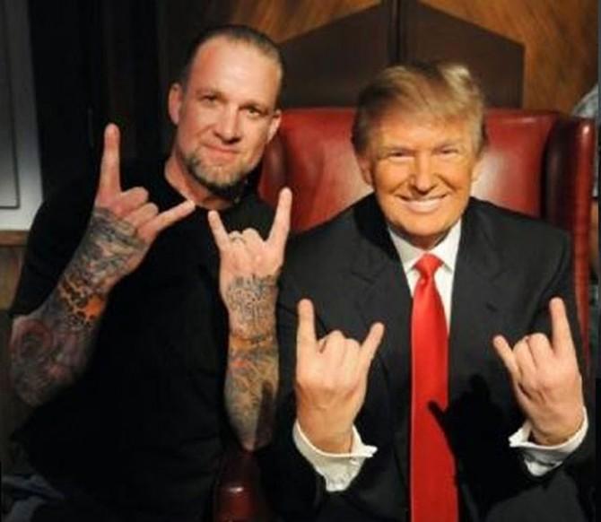 Trump_double_salut_cornu