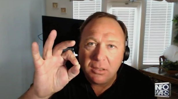 Alex Jones flashant le signal digital 666