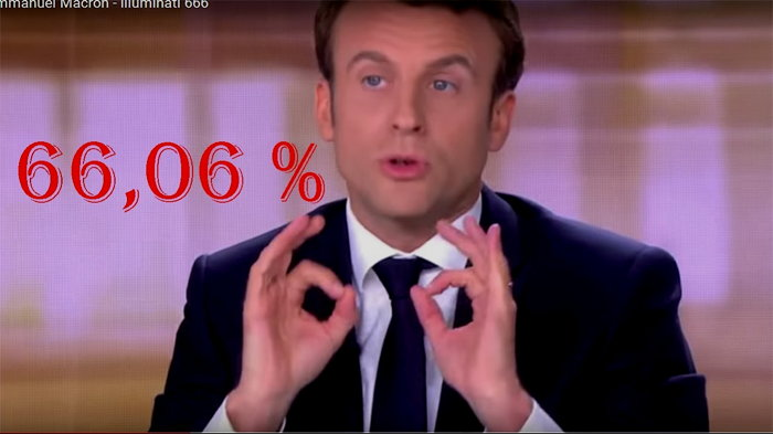 Emmanuel Macron flashant le double signe digital 666 face à Marine Le Pen  Capture d'écran TV TF1: débat du 4 Mai 2017