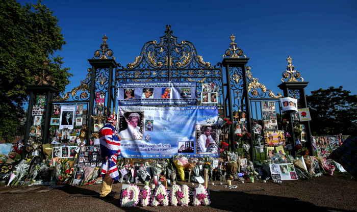 Hommages à lady Diana devant le palais Kensington à Londres en Août 2017