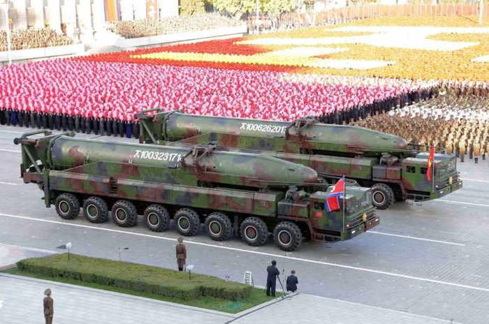 La Corée du Nord a tiré deux missiles Musudan à portée intermédiaire (de 2.500 km à 4.000 km) qui, théoriquement, menacent la Corée du Sud, le Japon et les bases américaines de l'île de Guam.